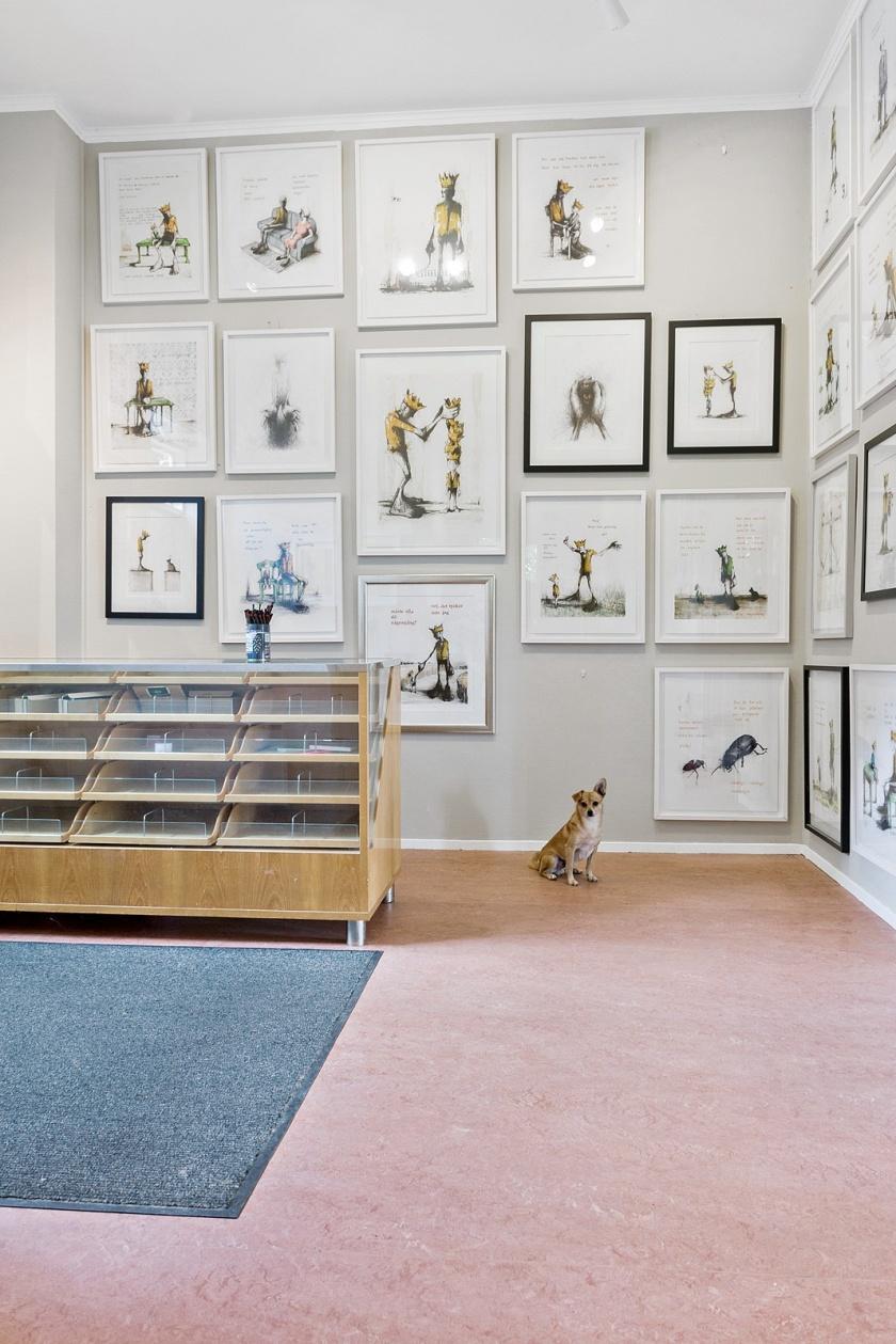I entrén till salen och i salen har vi fin galleribelysning som ägnar sig till utställningar.