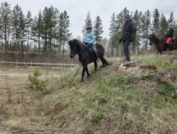Alice/Viska och Filippa/Sigge styrketränar med Magnús