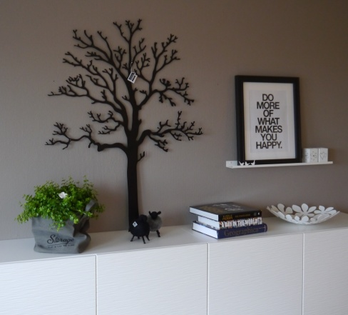 """Väggträd """"Ek"""" 120cm, 75cm tavellist och vita ljuslyktor"""