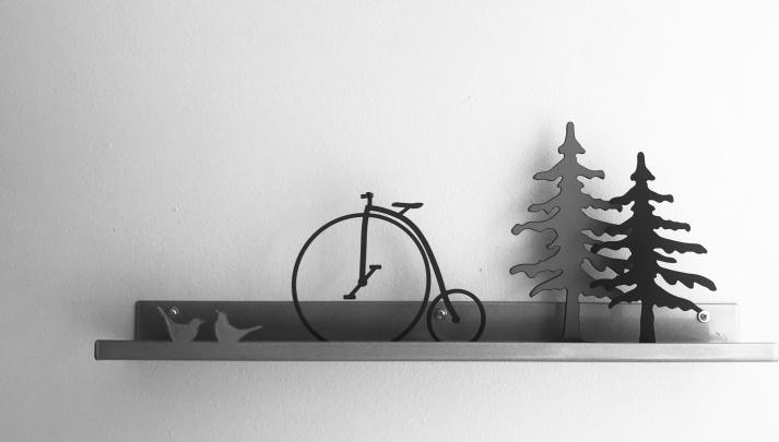 silvergrå tavellist 50cm, liten höghjuling och två små träd