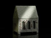 relikskrin i ull med fönster av skånsk knypplad spets och inredning av broderad korsträdgård