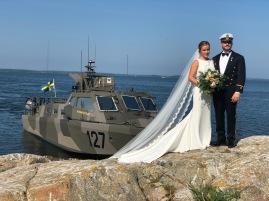 Lyckligt brudpar som åkte Stridsbåt till bröllopet.