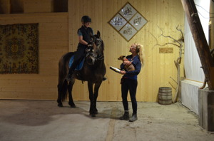 Ridlektion i ladan med Angelica Hesselius. Foto: Anna Karström