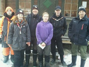 På bilden ser du olika klassegrare från tävlingen: Fr.v. Pontus Sundström, Vaxholm (ÄHJ), Carina Widerberg (D), Björn Widerberg (H) och David Öhman (YHJ), alla Täby PF, Lars Rudman, Enskede SFK (ÄHV)