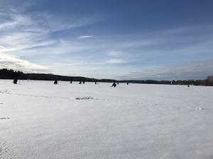 Härligt väder för mormyskafiske på Kyrksjön.