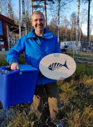 """Vinnare av PMC 2017 Lars Jansson med förstapriset, skryllan """"Go Fish It"""" från VIM-pirken, och premiärinteckningen i vandringspriset."""