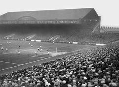 Maine Road i Manchester som har det gällande  publikrekordet i både en liga- och FA-cupmatch.