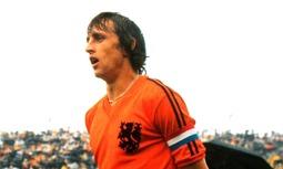 Johan Cruijff som bara hade två ränder på sin Adidaströja.