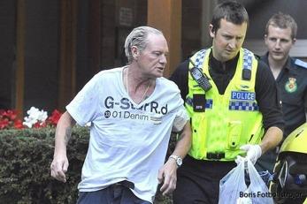 Gazza hämtas av polis