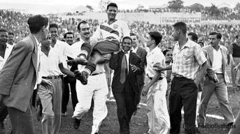 Joe Gaetjens bärs runt som hjälte efter hans mål mot England 1950.