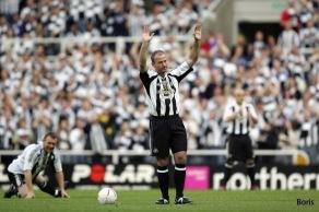 Alan Shearer tackar för sig på fotbollsplanen.