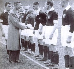 Matt hälsar på blivande Kung George VI vid 1933 års FA Cup Final