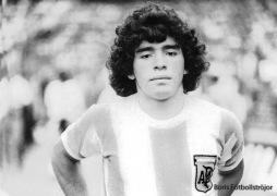 En ung och relativt oförstörd Maradona gör debut i landslaget.
