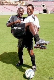 Freddy Adu i Pelés famn