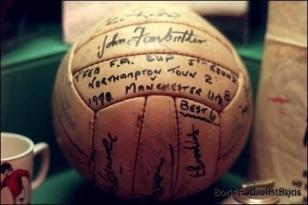 Detta är bollen som George Best gjorde sina sex mål med.