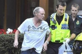 Gazza hämtas av polis.