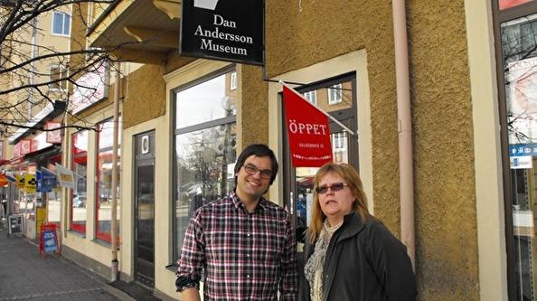 Jojje Pettersson (Björnhyttans byalag mm) och Ylva Sellin Isaksson (ordförande för Dan Andersson Sällskapet) framför Dan Andersson Museum i Ludvika. Foto: sr.se