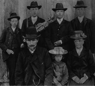 Dan Andersson med fiol och familj.