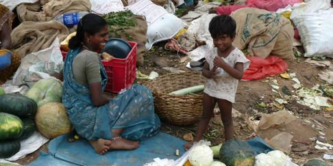 Mamma med liten son försöker tjäna några Rupees på marknaden i Thrissur.
