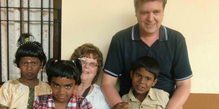 Stefan och Mari med några av barnen på MTM