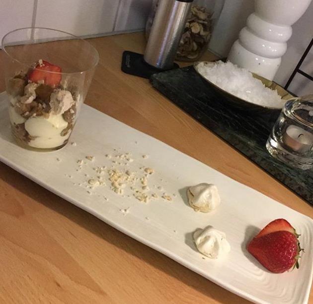 Inkokt rabarber med vit chokladmousse och Kardemummamaränger toppat med kolasmulor och rostad vit choklad