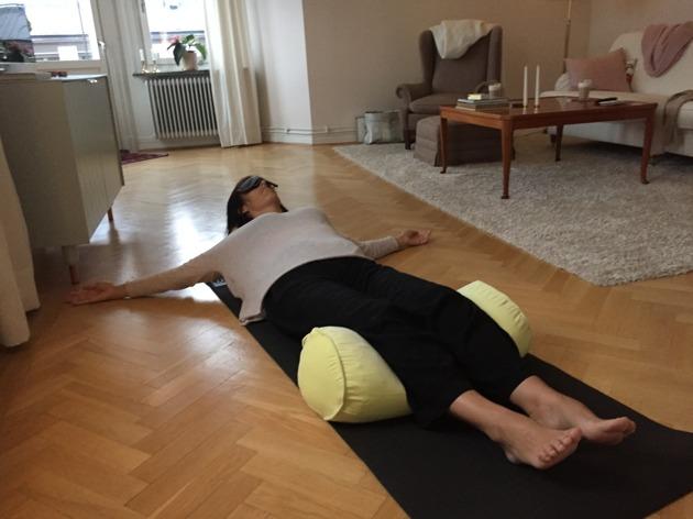 Yoga restorative kuddyoga morsdag utmattning utmattningssyndrom utbränd livsstilsförändring beteendeförändring utmattningsdepression