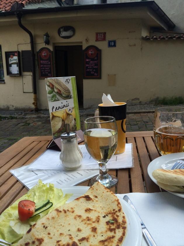 Det här att äta en enkel lunch med ett glas vin och en sejdel öl för 70 kronor