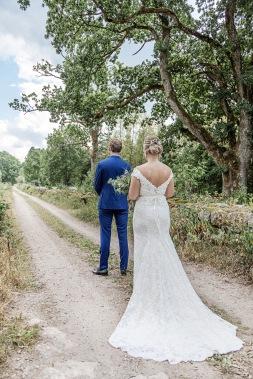 bröllopsfotograf göteborg, Åsa Lännerström, uddetorps säteri, äng, ivory & grace bröllopsklänning, bohemiskt bröllop, lantligt bröllop, first look, landsväg