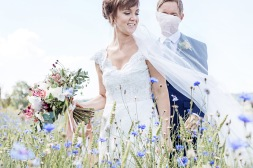bröllopsfotograf göteborg, Åsa Lännerström, ytterby, kungälv, ytterby gamla kyrka, blåklintsfält, slöja, marstrand, sommarbröllop, bröllopsporträtt