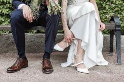 Bröllopsfotografering i göteborgs botaniska trädgård. Bröllopsskor. Bröllopsfotograf Åsa Lännerström