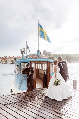 bröllop på marstrand på sommaren, med linfärjan i bakgrunden. Bröllopskyss. Bröllopsfotograf Åsa Lännerström