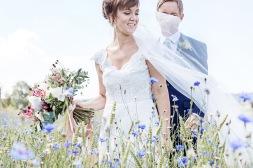 bröllopsfotografering i blåklintsfält på sommaren. Bröllopsfotograf Åsa Lännerström