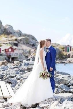 Bröllopsfotografering på klipporna på Hönö, göteborgs skärgård. Sommarbröllop i skärgården. Bröllopsfotograf Åsa Lännerström