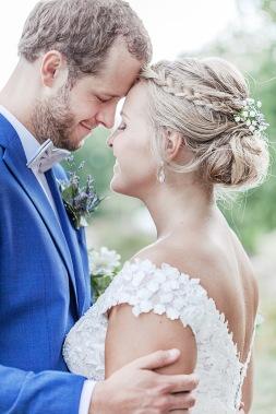 Bröllopsfotografering på uddetorps säteri på sommaren. Bruden har en brudklänning från Ivory & Grace och blommor i håret. Bröllopsfotograf Åsa Lännerström