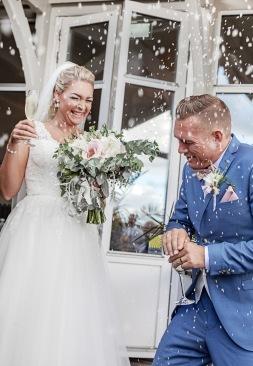 Nygifta i riskastning på Särö värdshus. Bröllopsfotografering på sensommaren. Bröllopsfotograf Åsa Lännerström