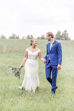 Bröllopsfotografering på en äng vid uddetorps säteri. Ivory & grace bröllopsklänning. Bröllopsfotograf Åsa Lännerström