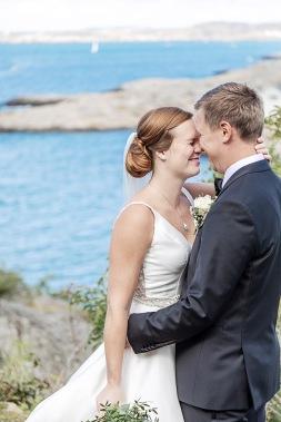 Bröllopsfotografering porträtt på marstrand sommar på klipporna. Bröllopsfotograf Åsa Lännerström