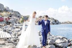 Bröllopsfotografering på klipporna på Hönö i göteborgs skärgård. Bröllopsfotograf Åsa Lännerström
