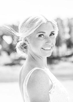 Bröllopsfotografering där brud tittar in i kameran svartvitt. Vigsel och porträtt på stenungsön. Bröllopsfotograf Åsa Lännerström