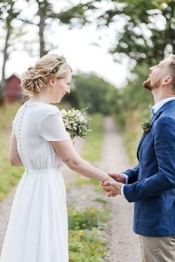 Bröllopsfotografering med first look på Uddetorps säteri. Brudkänning Ester Franke och blommor i håret. Bröllopsfotograf Åsa Lännerström