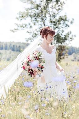Bröllopsfotografering i blåklintsfält. Bröllopsfotograf Åsa Lännerström