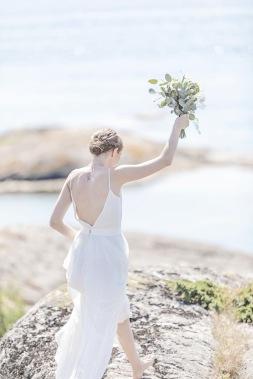 Bröllopsfotografering på klipporna på Björkö, göteborgs skärgård. Barfotabrud med eukalyptus i brudbuketten. Bröllopsfotograf Åsa Lännerström