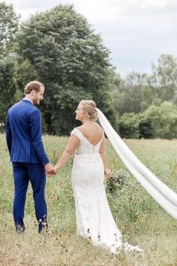 Bröllopsfotografering på en äng vid uddetorps säteri,  sensommaren. Brudklänning från Ivory & Grace. Bröllopsfotograf Åsa Lännerström