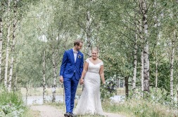 Bröllopsfotografering bland björkar. Brudklänning från ivory & grace. Bröllopsfotograf Åsa Lännerström