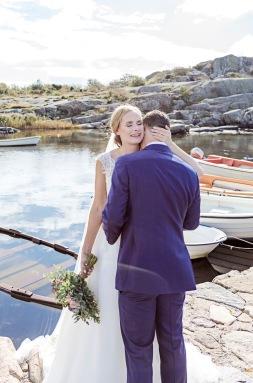Bröllopsfotografering på Hönö i göteborgs norra skärgård, bland klippor och hav. Bröllopsfotograf Åsa Lännerström