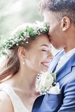 bröllopsfotografering i göteborgs botaniska trädgård, sommar och med blomkrans i håret. Bröllopsfotograf Åsa Lännerström