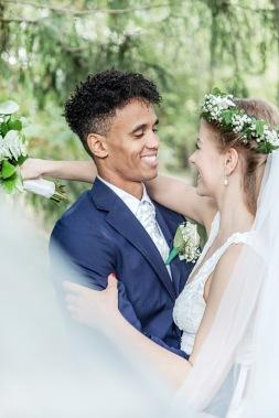 Bröllopsfotografering i göteborgs botaniska trädgård, brud i slöja. Bröllopsfotograf Åsa Lännerström