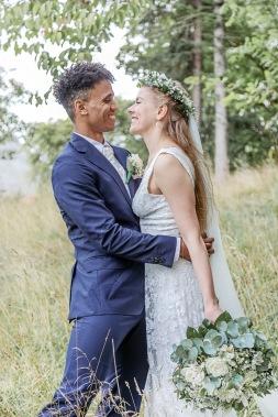 Bröllopsfotografering i botaniska trädgården i göteborg. Blomsterkrans och sommar. Bröllopsfotograf Åsa Lännerström