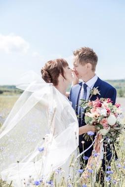 Bröllopsfotografering i blåklintsfält, brudslöja. Bröllopsfotograf Åsa Lännerström