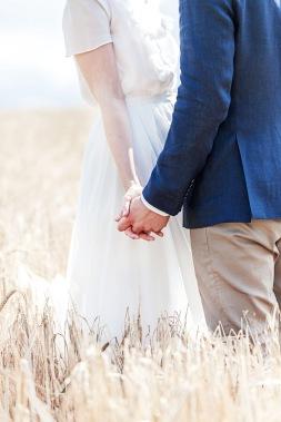 Bröllopsfotografering i ett vetefält vid uddetorps säteri, sensommar. bröllopsdetalj. Bröllopsfotograf Åsa Lännerström